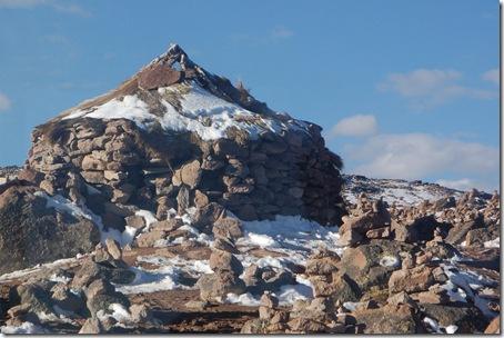 Kamienne domki na przełęczy a przed nimi stosiki dla Pacha Mamy